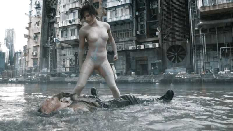Major Motoko Kusanagi (Scarlett Johansson) beats a man in the water, «Ghost in the Shell» (2017).