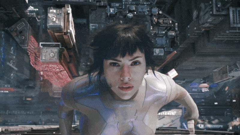 Major Motoko Kusanagi (Scarlett Johansson) jumps from the roof and activates invisibility, «Ghost in the Shell» (2017).